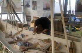 Trebåtbygger i arbeid