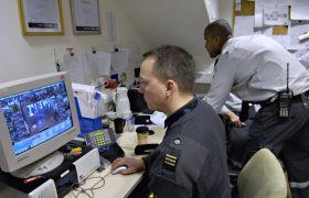 Mannlig vekter foran dataskjerm som overvåker butikker på Strømmen Storsenter.