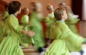 Barn får opplæring i eurytmi
