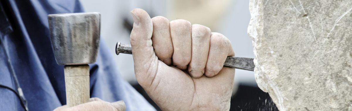 Mann bearbeider stein