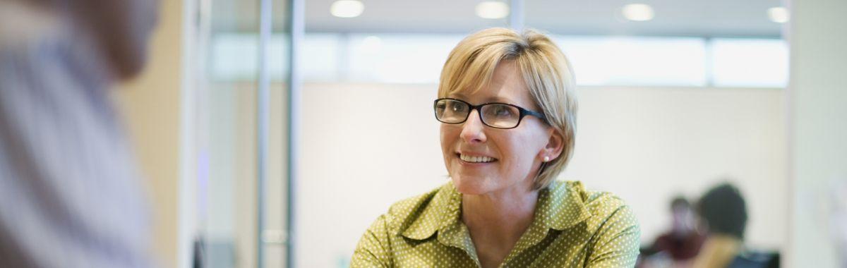Kvinne i prat med attføringskonsulent