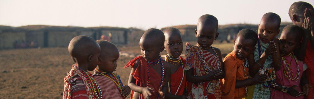 Afrikanske barn i fargerike klær.
