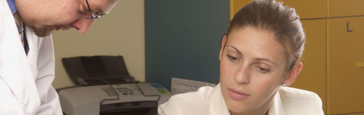 Legemiddelkonsulent snakker med kollega