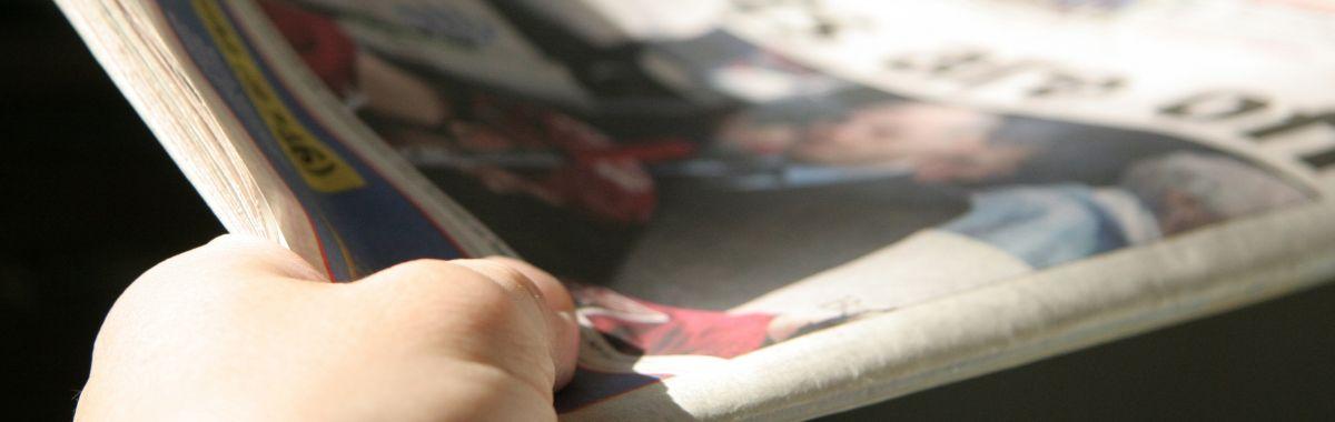 Avisbud med avis i handa