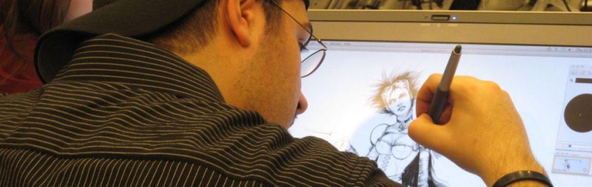En animatør sitter foran ein skjerm og tegner.