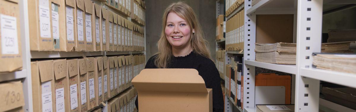Akrivar sorterer filer i arkivet.