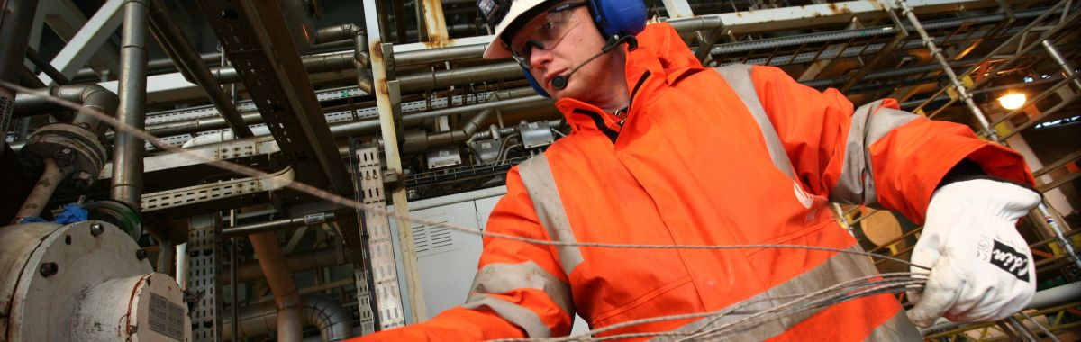 Automatikar jobbar med tynne kabler med skjerm i fletta metall, om bord på ein oljeplattform i Nordsjøen.