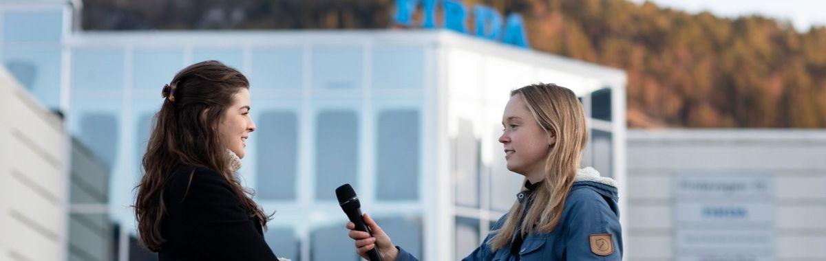 Journalist intervjuer kvinne