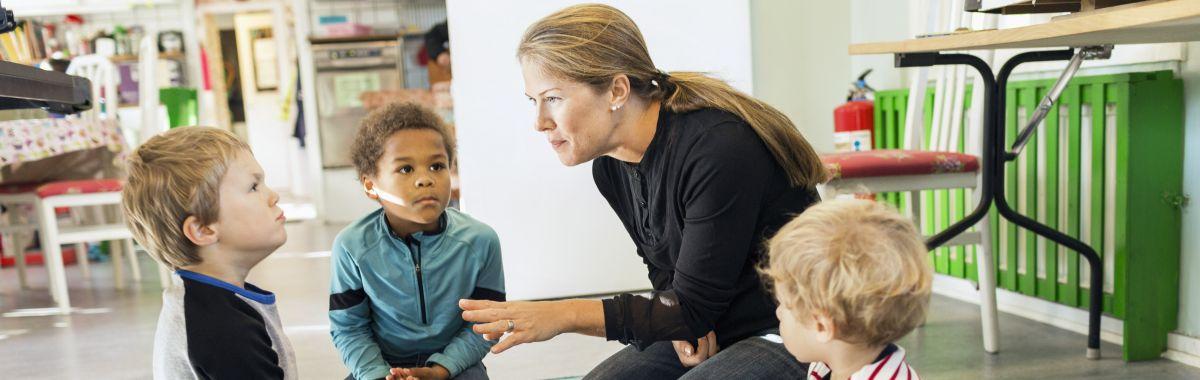 Barnevernspedagog snakker med barn.