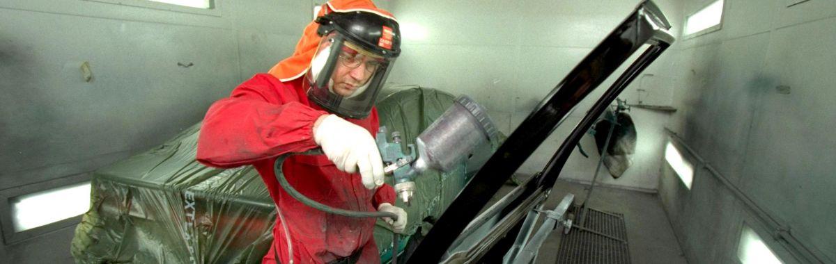 Billakkerer Tore Linna spraylakkerer en bildør, i lakkeringsverkstedet Harald Rømcke i Oslo.