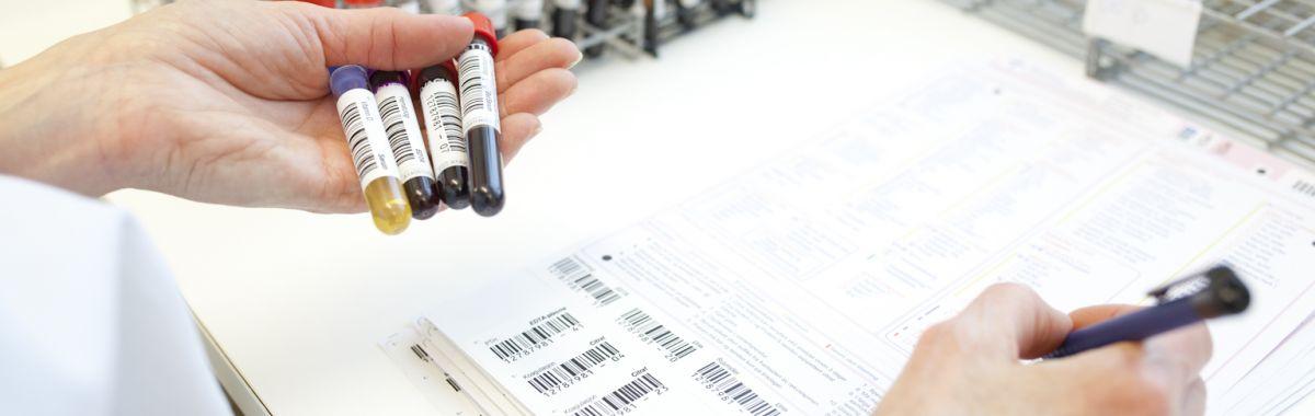 Bioingeniør i arbeid på preanalytisk prøvemottak.