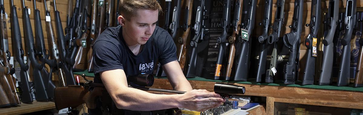 Børsemaker jobber med rifle