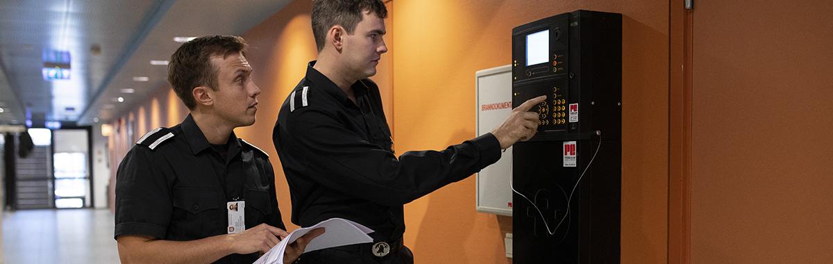 Branningeniør sjekker brannvarslingssystem