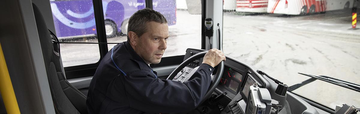 Bussjåfør kjører inn på busstasjon