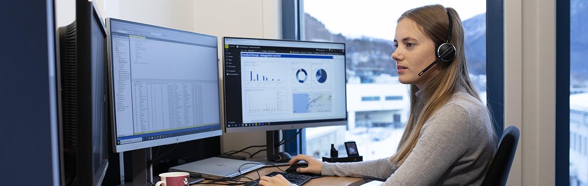 Dataelektroniker hjelper noen over skype