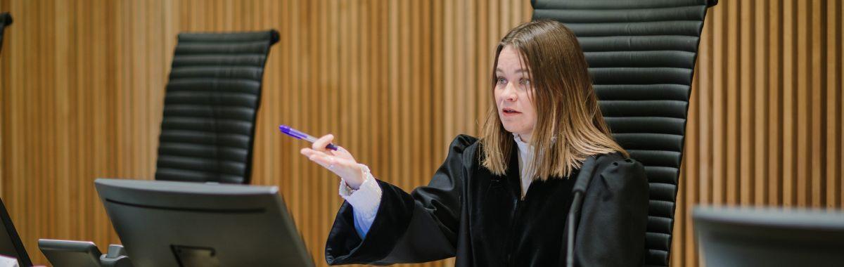 Dommer i rettssal.