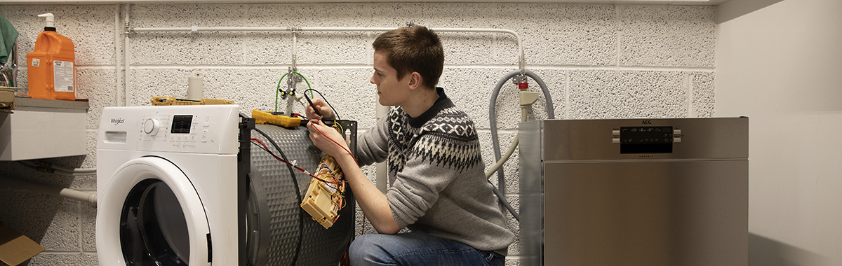 Elektroreparatør fikser vaskemaskin