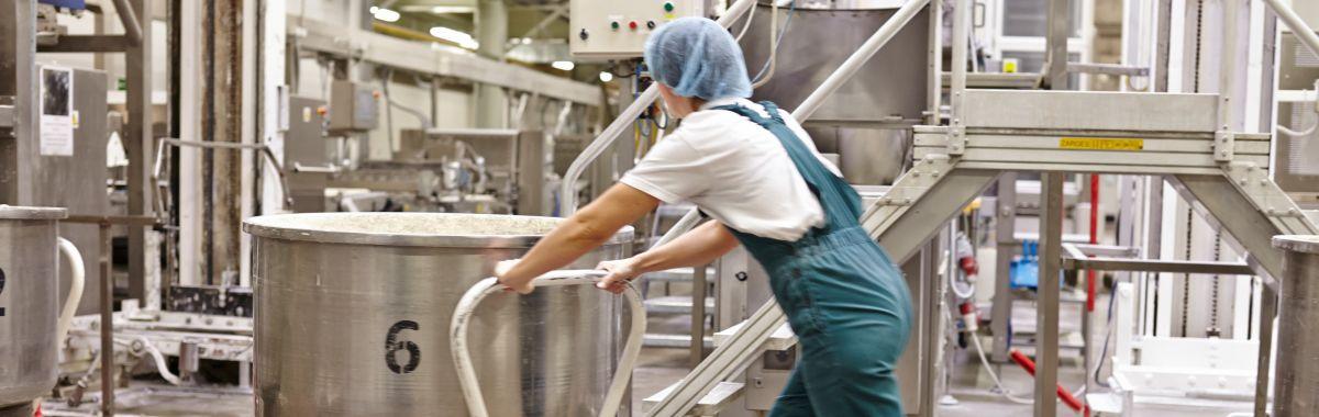 Fagarbeider i arbeid på bakeri.