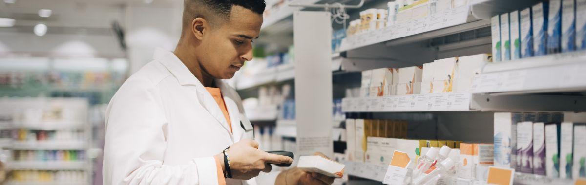 Farmasøyt i arbeid på apotek.
