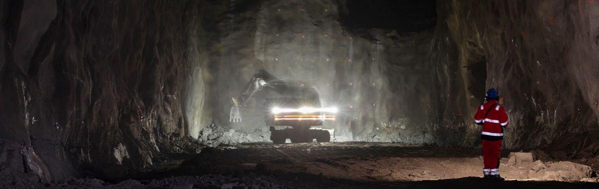 Bergvergsarbeider jobber i tunnell