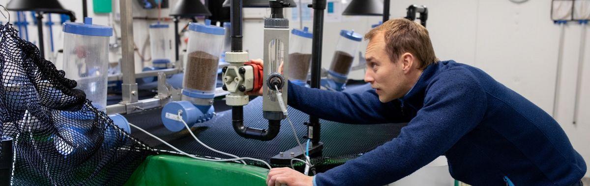 Geokjemiker jobber med apparater