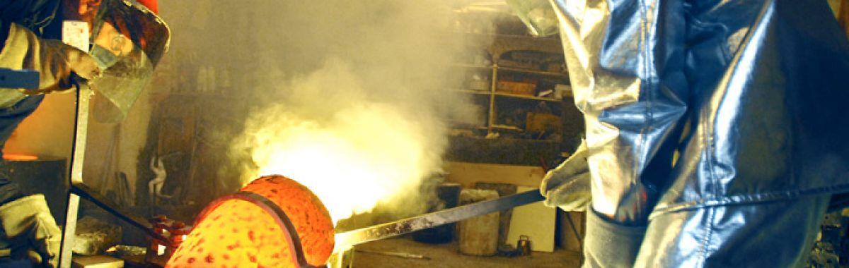 Gjørtler varmer opp metall.