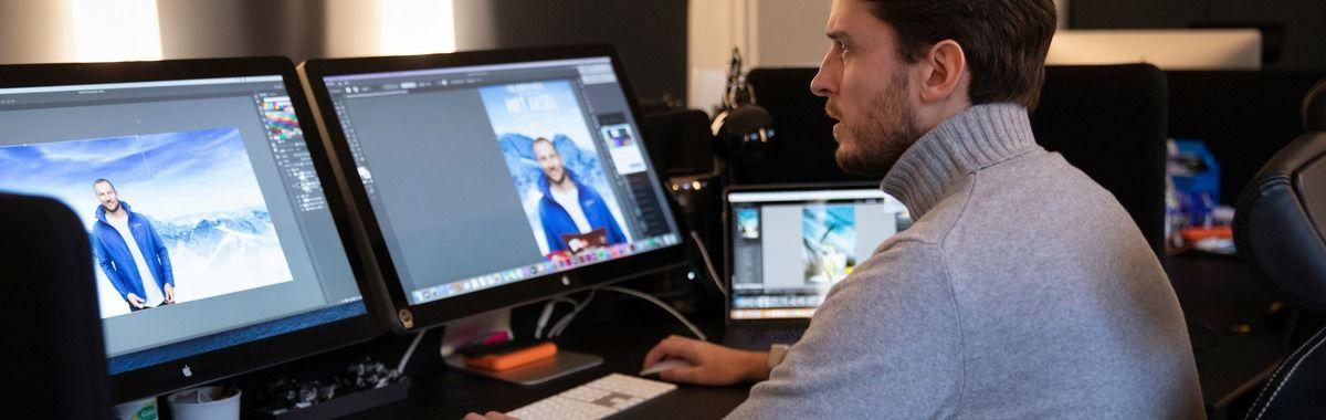Grafisk designer designer reklame på desktop