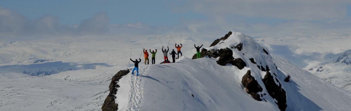 Guide med følge på fjelltopp