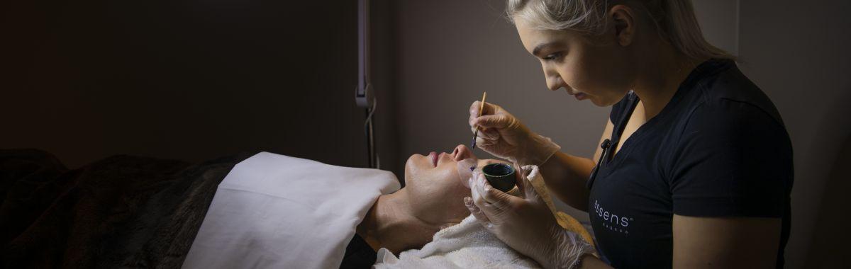 Hudpleier gir behandling til kunde.
