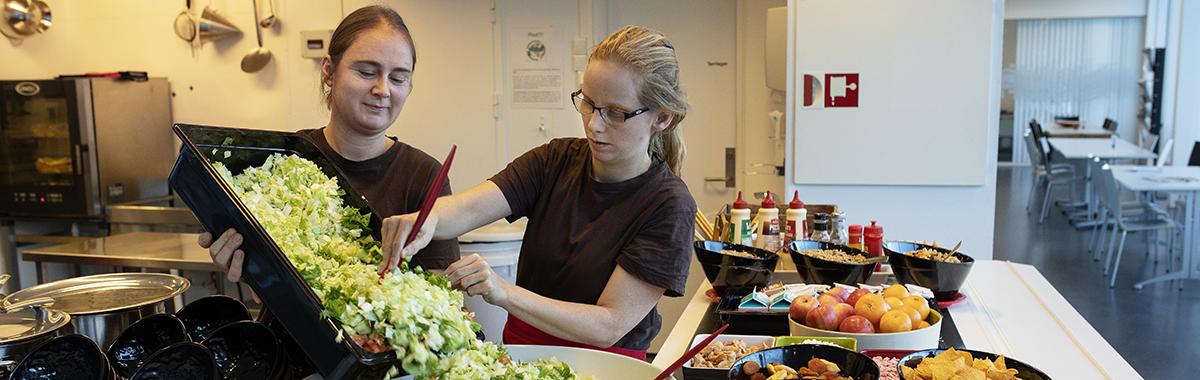 Kantinemedarbeidere forbereder salat