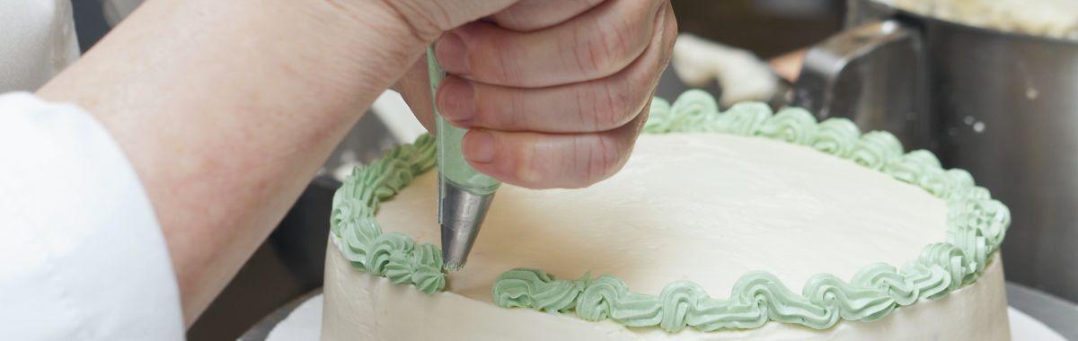 Konditor pynter kake