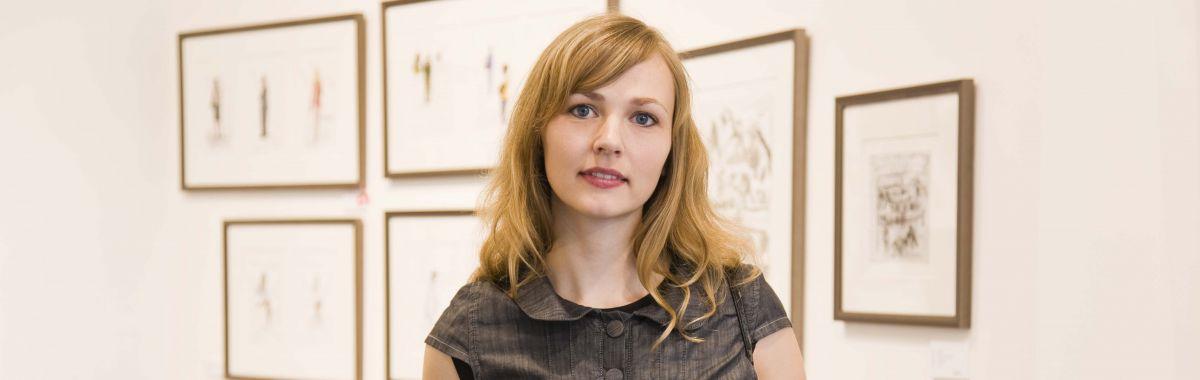 Kvinnelig kunst- og kulturformidler i kunstgalleri.