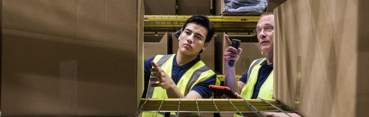 Logistikkoperatører henter varer på et lager