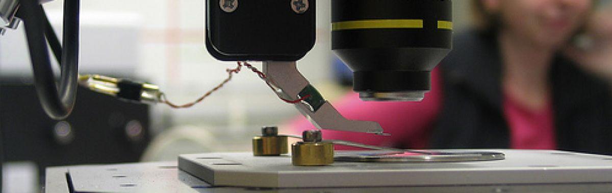 Optronikeren reparerer optiske instrumenter
