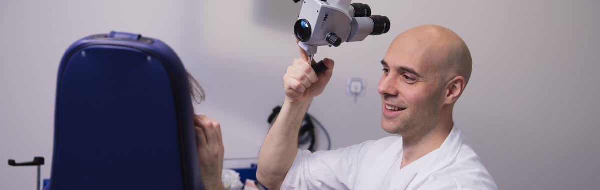 Øre-nese-hals-spesialist undersøker pasient.