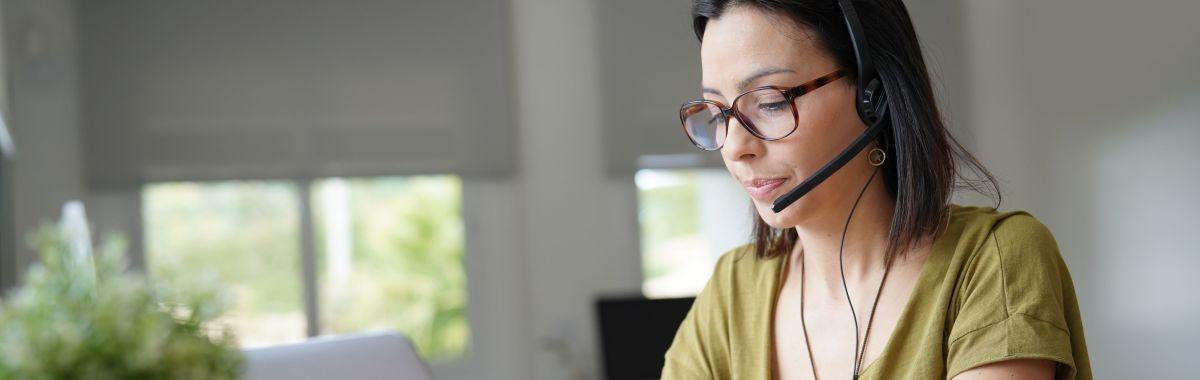 Illustrasjonsbilde av kvinne som jobber med hodetelefoner