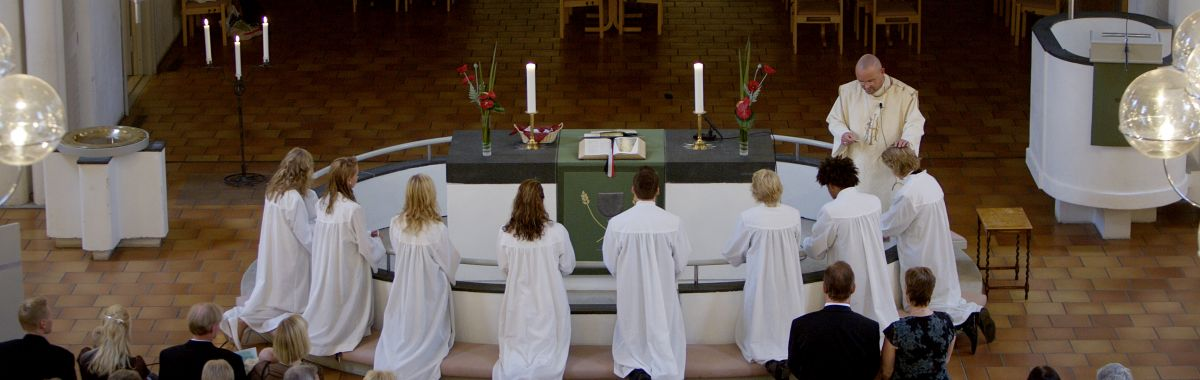Konfirmasjon i Vålerenga kyrkje med prest Einar Gelius.