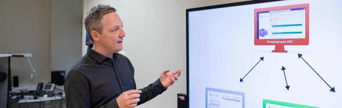 Rådgiver i offentlig sektor holder presentasjon.