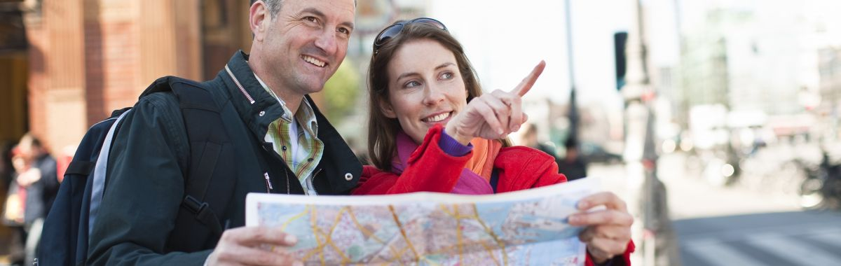To personer holder et kart sammen.