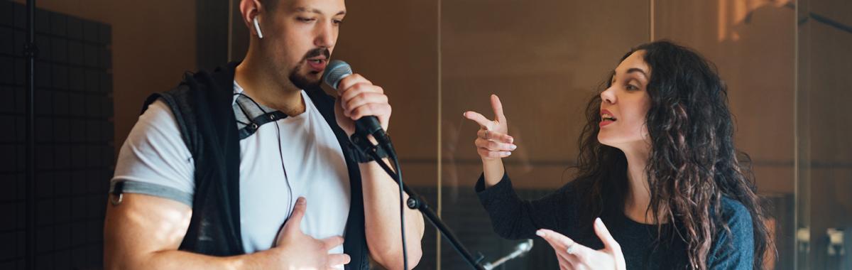En sangpedagog instruerer en sanger