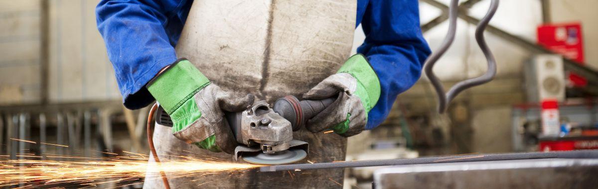 Metallarbeider sveiser som er i arbeid med sveising