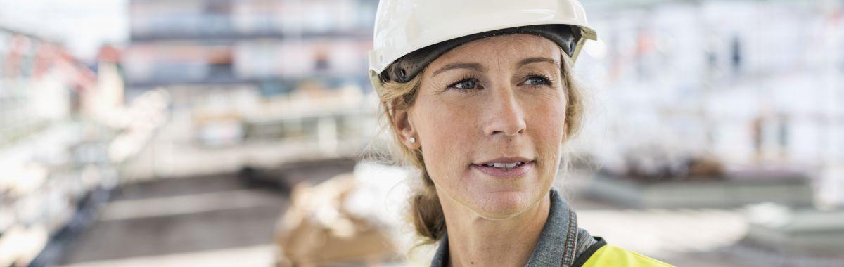Illustrasjonsbilde av kvinne i arbeid på en byggeplass.