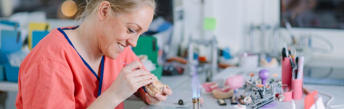 Tanntekniker jobber med å lage tannerstatning.