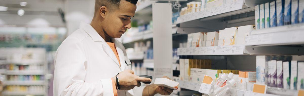 Mannlig apoteker kontrollerer medisinpakning