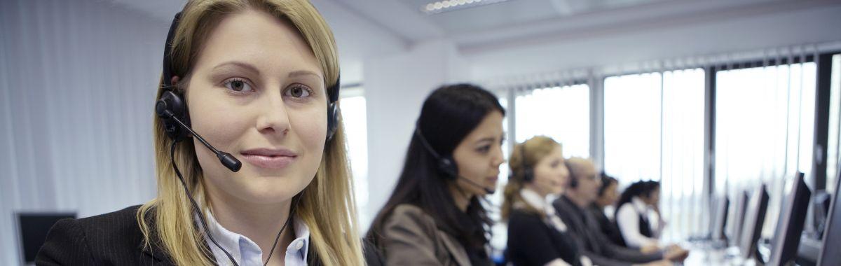 Telefonselger i arbeid med kolleger.