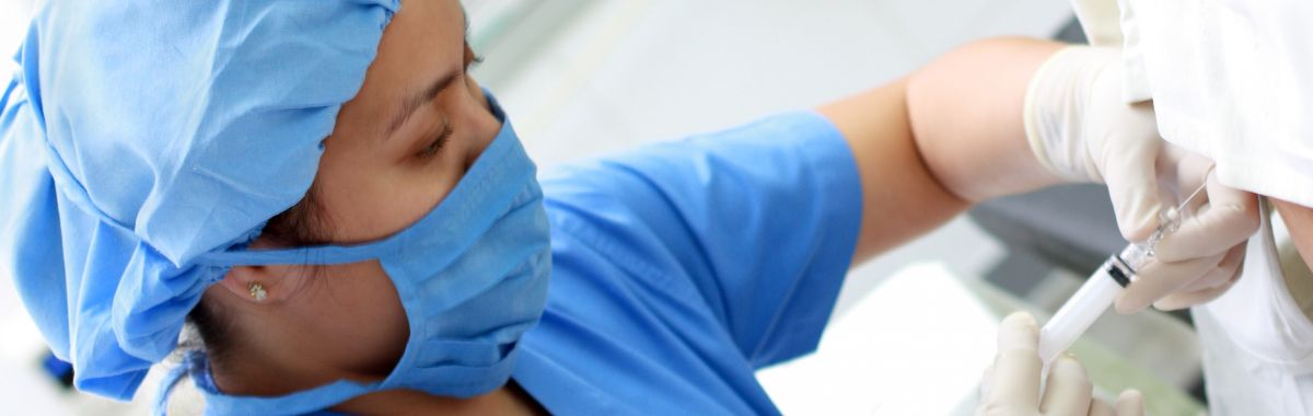 Anestesilege setter en sprøyte på en person