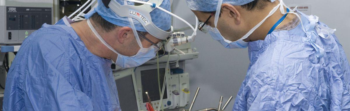 Thoraxkirurger åpner opp brysthulen til en pasient med kreft i spiserøret. Operasjonen ble utført i to etapper. Først ved lapraskopisk kikkhullskirurgi i magen for å fjerne kreftvevet i nedre del av spiserøret, så resterende i brystkassen.