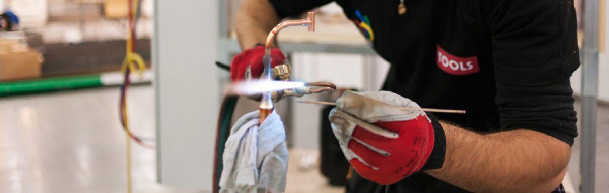 Kulde- og varmepumpemontør i arbeid